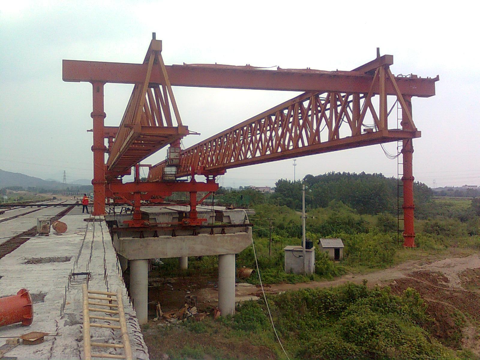 北京架桥机厂家|北京架桥机生产厂家|北京架桥机批发厂家【中七盛华】热线:15237189608 北京架桥机厂家为河南中七盛华介绍架桥机的分类。 架桥机在公路、铁路轨道上行驶、用于整跨架设小跨梁的桥梁施工机械。因其架桥工效高,在中国铁路桥梁标准设计中,多考虑以它架设为设计原则。其机身庞大,超出铁路运输限界,须解体运送,到达工地后,再组装使用。 中国常备的架桥机有三种,多用来分片架设钢筋或预应力混凝土梁。 分别有:1.