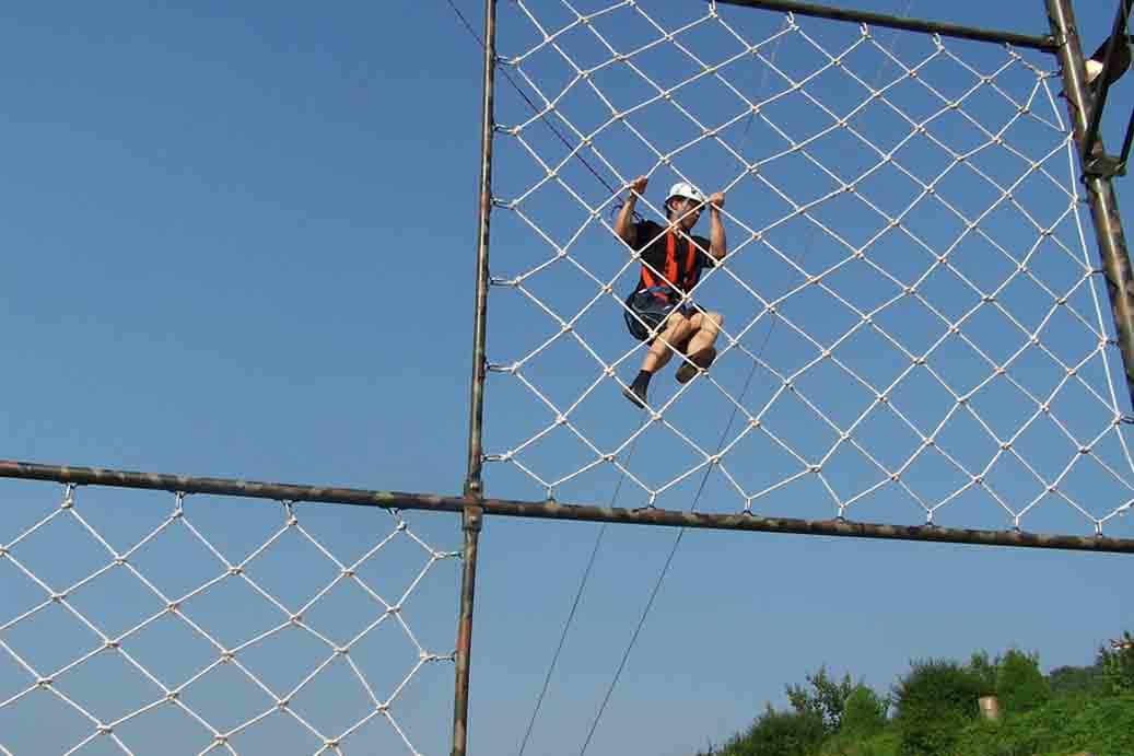 聚远安全防护攀爬安全网的尺寸(公称尺寸)即由边绳的尺寸而定;把防坠网固定在支撑物上的绳,称为系绳。此外,凡用于增加防坠网强度的绳,则统称为筋绳。  攀爬安全网的材料,要求其比重小、强度高、耐磨性好、延伸率大和耐久性较强。此外还应有一定的耐气候性能,受潮受湿后其强度下降不太大。安全网以化学纤维为主要材料