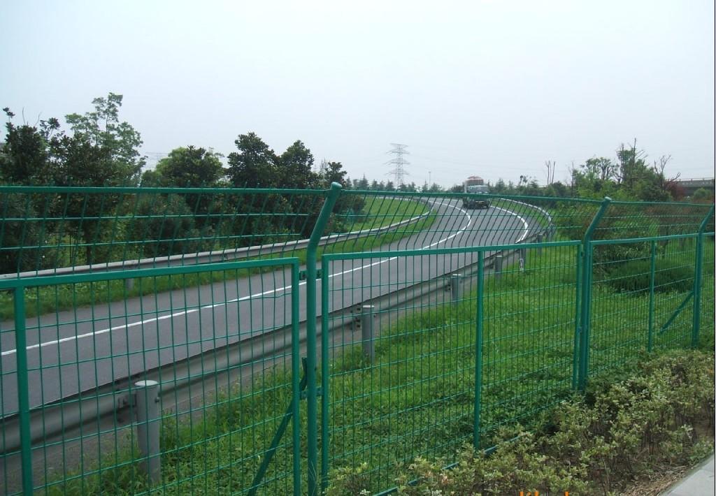 PVC包塑鐵絲網廠家直銷_海口工地圍欄網現貨價格_隔離網