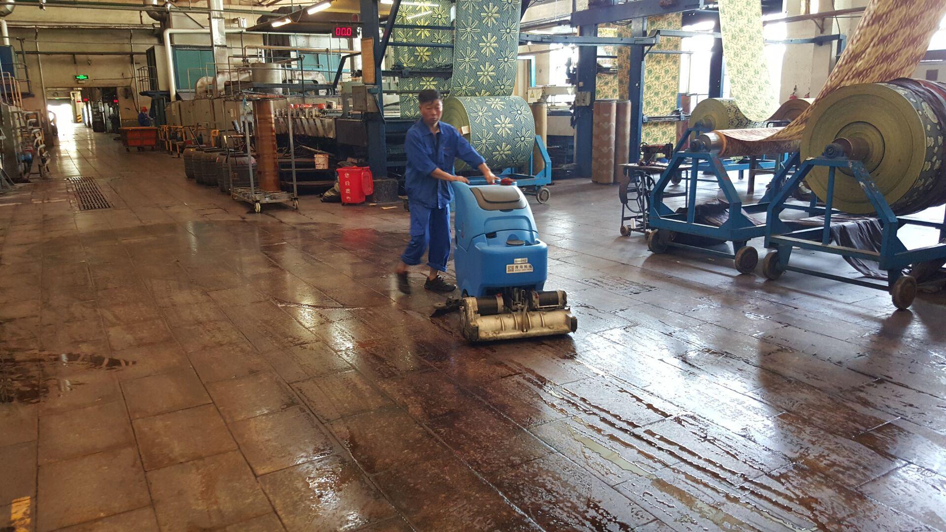 修理厂维修车间油污地面用荣格r65rbt洗扫一体机图片