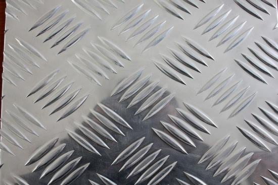 大五条筋花纹铝板价格 我公司铝材主要产品详细向您推荐: 一.铝板: 1、纯铝板:材质:1050/1060/1070/1100/ 1200/厚度:0.1---20mm 宽度:800---2200mm氧化铝板价格 2、合金铝板:材质:2A21/3003/5052/5083/6061/6082 /8011厚度:0.5---260mm宽度:800---2800mm 3、幕墙开平铝板:材质:1060/1100 厚度0.