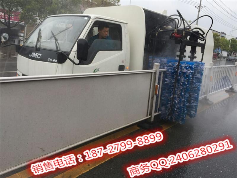东风清洗护栏车厂家,护栏清洗车多少钱啊