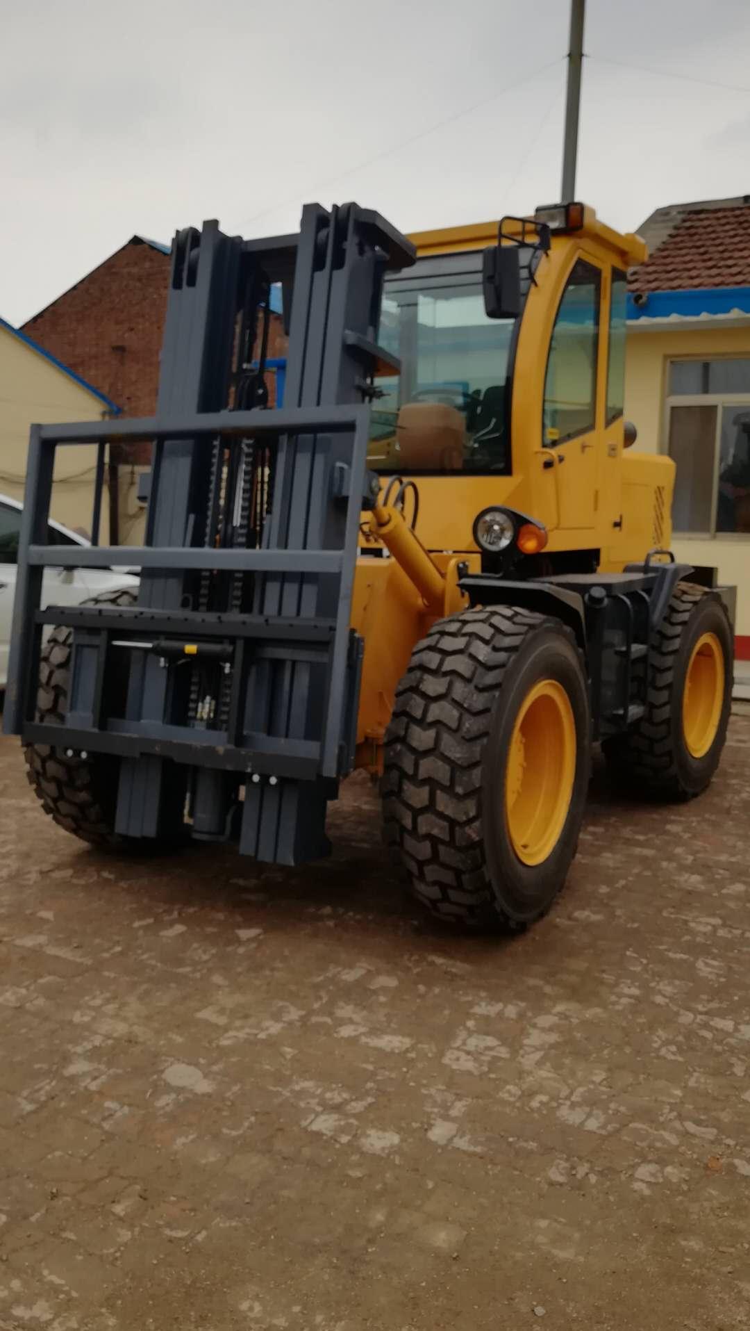 四驱高性能越野叉车生产厂家泥泞路上使用叉车三级门架升高5米的五吨越野叉车