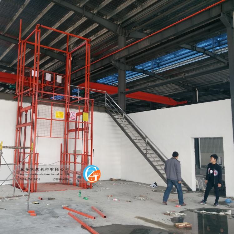 机械门升降机,升高5.7米,载重2吨,平台宽2米深2米