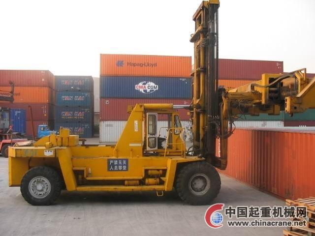 供應港口搬運設備 三菱重箱堆高機 龍門吊