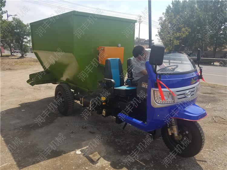 定做柴油撒料车 饲养牛羊撒料车 畜牧养殖撒料车