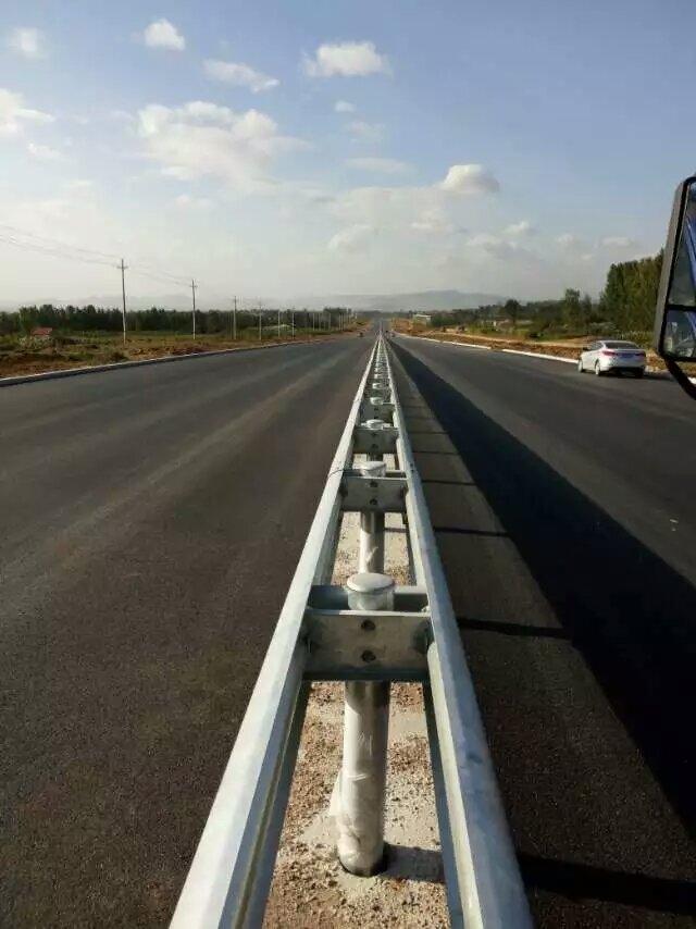 西藏昌都热镀锌银白色公路波形护栏板厂家批量价格