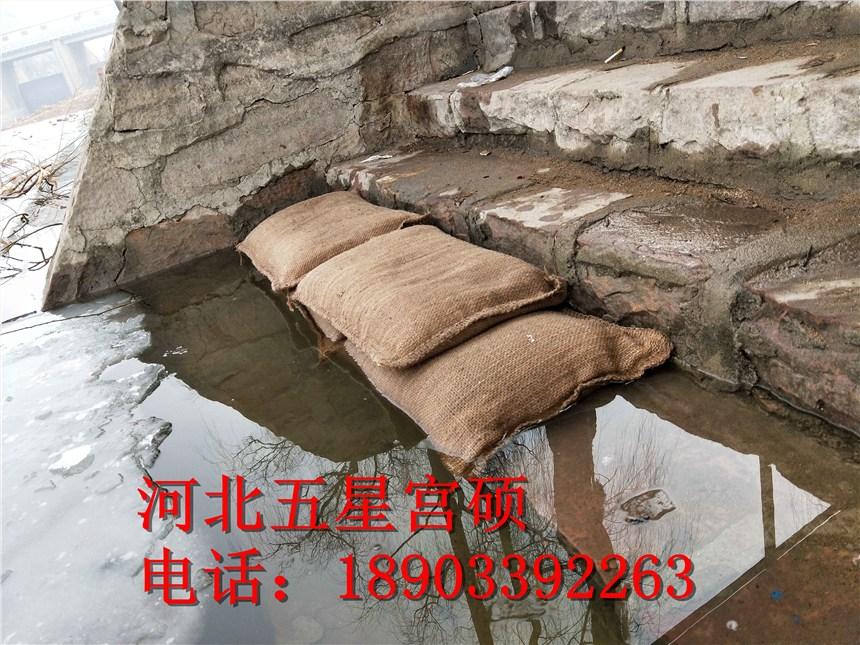 薄薄的一個小袋子遇水就膨脹-比傳統沙袋還好用的吸水膨脹袋