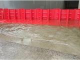 紅色防洪板一種阻攔液體和防護城市瞬間暴雨的擋水板