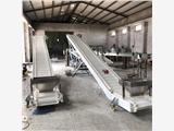 卢氏县裙边挡板皮带输送机水果蔬菜Z型提升机爬坡上料机价格