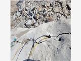 挖水渠岩石太硬快速破石头分裂设备